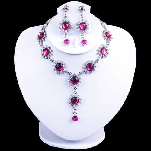 Necklace Of Magenta Pink Colour With Diamonds.
