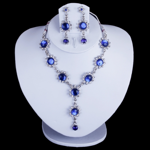 Necklace Of Royal Blue Colour With Diamonds.
