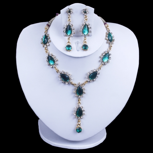 Necklace Of Bottle Green Colour With Diamonds.