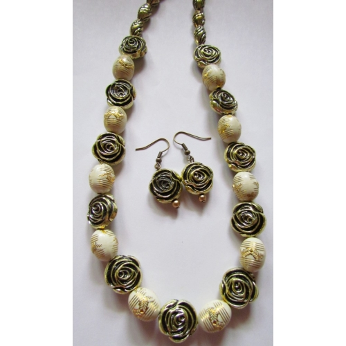 Necklace Set With Golden Roses