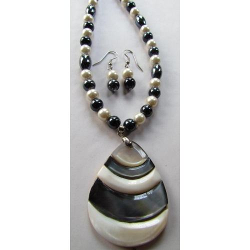Chic Shell Pendant Necklace Set